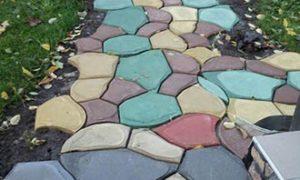 Камень литой из бетона на дорожке